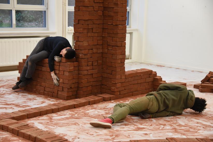 Bie Michels, Rehearsal for Piles of Bricks, 2020. Foto door Maxime Jean-Baptiste.