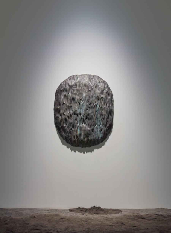 Filip Vervaet, Fountain, 2017, brons, water, 115 x 91 x 12 cm. Installatiebeeld: De Warande, Turnhout