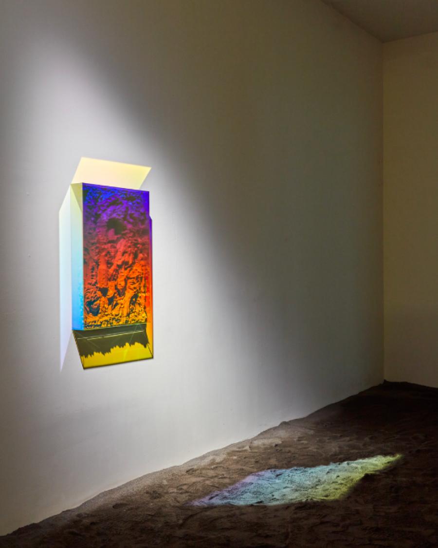 Filip Vervaet, Waiting for the Sun, 2019, Cement, glas, dichroïsche coating, 86,9 x 59 x 10,4 cm. Installatiebeeld: De Warande, Turnhout